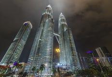 Opinión de torre gemela cuando noche Foto de archivo libre de regalías