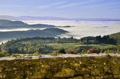 Opinión de Toscana en abajo un día de niebla Imagen de archivo libre de regalías