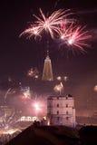 Opinión de Towerand de Gediminas de Vilna, Lituania, fuegos artificiales Imagenes de archivo