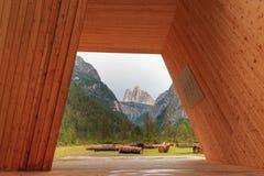 Opinión de tres picos a través de un marco de madera gigante en las dolomías, Imagenes de archivo