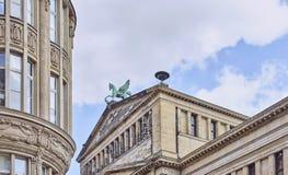 Opinión de una estatua de bronce de un caballo con alas, Pegaso de Berlin Gendarmenmarkt fotos de archivo libres de regalías