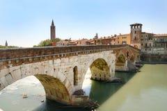 Opinión de Verona - Ponte Pietra fotos de archivo