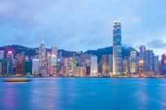 Opinión de Victoria Harbour en la noche en Hong Kong fotos de archivo libres de regalías