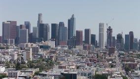 Opinión de visita turístico de excursión del paisaje urbano aéreo del horizonte de Los Ángeles Las torres de la oficina apretaron almacen de metraje de vídeo