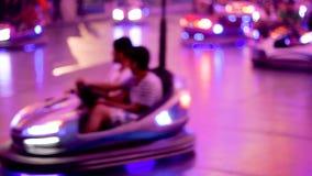 opinión defocused cinemática de los coches de parachoques del parque de atracciones de 4K UHD metrajes
