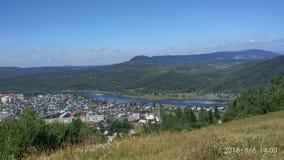 Opinión del ‹del †del ‹del †de la ciudad desde arriba con las montañas, río, árboles, edificios fotografía de archivo libre de regalías