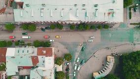 Opinión del abejón del cruce de la calle del parque del tráfico de ciudad 4K almacen de metraje de vídeo