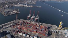 Opinión del abejón de la industria del puerto de comercio con los envases y las grúas de elevación en el muelle del Mar Negro almacen de video