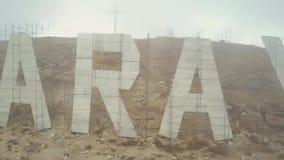 Opinión del abejón de la montaña de Faraya y de Charbel Statue del santo en un día nublado almacen de video
