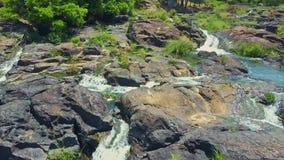 Opinión del abejón de las corrientes que dan vuelta en las cascadas contra rocas