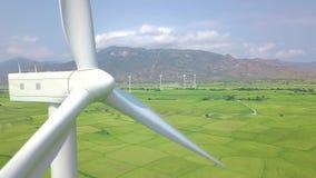 Opinión del abejón de las turbinas del parque eólico Turbina del molino de viento que genera la energ?a renovable limpia en anten metrajes