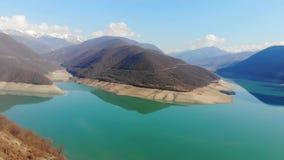 opinión del abejón 4k del lago en montañas, parque nacional Dombai, el Cáucaso, Europa almacen de video
