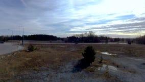 Opinión del abejón que sorprende sobre paisaje hermoso el día de primavera Fondos magníficos del invierno almacen de video
