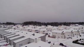 Opinión del abejón que sorprende sobre paisaje hermoso del pueblo el día de invierno Fondos magníficos del invierno almacen de metraje de vídeo