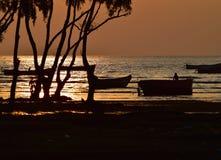 Opinión del agua de mar con la fotografía de los barcos de pesca Fotos de archivo libres de regalías