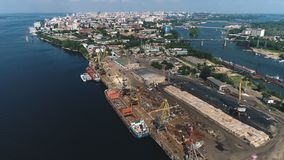 Opinión del aire del puerto fluvial en Rusia, ciudad del Samara almacen de metraje de vídeo