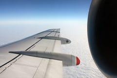 Opinión del ala de cruzar del jet Fotos de archivo libres de regalías