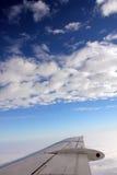 Opinión del ala de cruzar del jet Foto de archivo