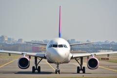 Opinión del avión de WizzAir Fotografía de archivo libre de regalías