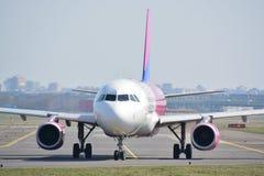 Opinión del avión de WizzAir Fotos de archivo