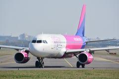 Opinión del avión de WizzAir Imagenes de archivo