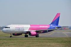 Opinión del avión de WizzAir Imagen de archivo libre de regalías
