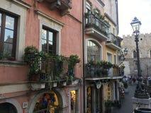 Opinión del balcón de la calle en Taormina, Sicilia fotografía de archivo