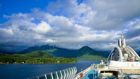 Opinión del barco de cruceros de Sitka Alaska Fotografía de archivo
