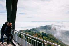 Opinión del bosque de Zurich de la torre del puesto de observación de Uetliberg en el punto de opinión de Uetliberg del soporte fotografía de archivo libre de regalías
