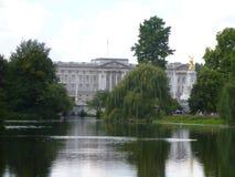 Opinión del Buckingham Palace de St James Park imágenes de archivo libres de regalías