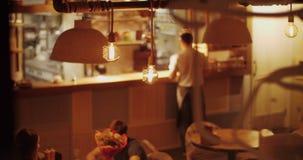Opinión del café con los visitantes y el camarero almacen de video