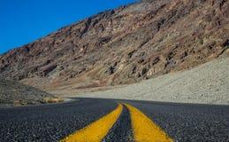 Opinión del camino en el parque nacional de Death Valley Imagenes de archivo