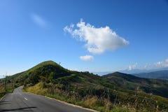 Opinión del camino sobre la montaña Fotografía de archivo