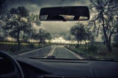 Opinión del camino a través de la ventanilla del coche Fotografía de archivo