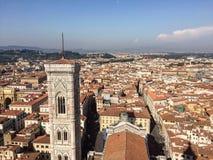 Opinión del campanario de Giotto de la bóveda de Brunelleschi Imagenes de archivo