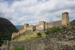 Opinión del campo común de la fortaleza del castillo de Khertvisi imágenes de archivo libres de regalías