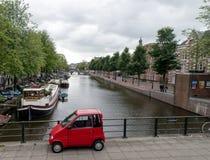 Opinión del canal de Amsterdam del puente Fotos de archivo libres de regalías