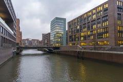Opinión del canal y un edificio de oficinas en Hamburgo fotos de archivo libres de regalías