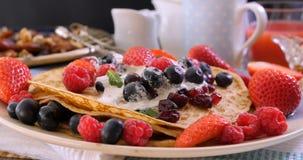 Opinión del carro de un desayuno de crepes con las bayas y las frutas secas metrajes