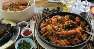 Opinión del carro de una paella española de los mariscos: mejillones, gambas del rey, langoustine almacen de video