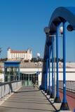 Opinión del castillo de Bratislava con la bicicleta y el puente que camina Foto de archivo