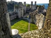 Opinión del castillo de Caernarfon fotografía de archivo