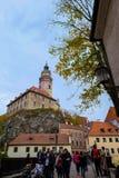 Opinión del castillo de Cesky Krumlov del puente de madera y del turista que aprietan en temporada de otoño Imágenes de archivo libres de regalías