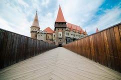 Opinión del castillo de Huniazi del puente Fotografía de archivo libre de regalías