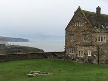 Opinión del castillo de Whitby encima imagen de archivo libre de regalías