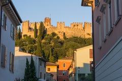 Opinión del castillo en Verona, Italia en una puesta del sol hermosa con la luz anaranjada que cae en castillo 11 8 2017, Italia  imágenes de archivo libres de regalías