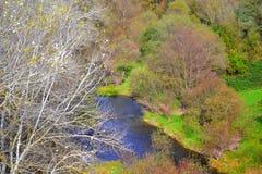 Opinión del cauce del río del otoño de la montaña balcánica Fotografía de archivo