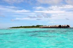 Opinión del centro turístico con las casas de planta baja del agua Imagen de archivo