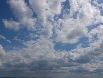 Opinión del cielo Nubes blancas Imagenes de archivo