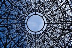 Opinión del cielo a través de la bóveda ornamental Foto de archivo libre de regalías